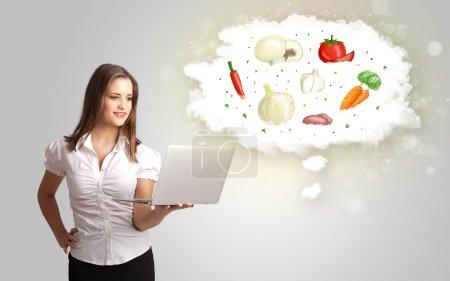 Photo pour Jolie femme présentant un nuage de légumes nutritifs sains concept - image libre de droit