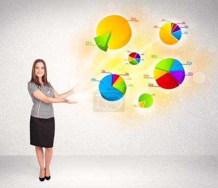Photo pour Femme d'affaires avec graphiques et graphiques colorés concept - image libre de droit