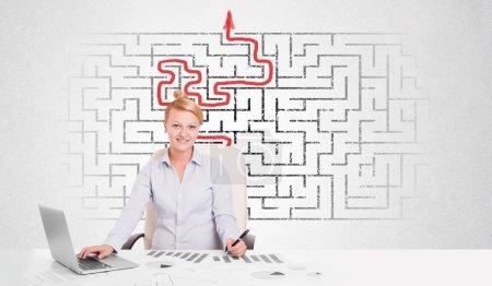 Photo pour Femme d'affaires au bureau avec labyrinthe en arrière-plan - image libre de droit