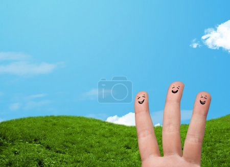 Photo pour Joyeux doigts souriants heureux avec des paysages en arrière-plan - image libre de droit