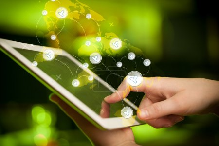 Photo pour Pointant du doigt sur tablette pc, concept de réseau social - image libre de droit