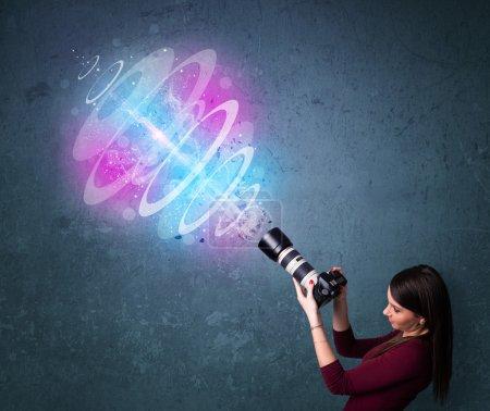 Photo pour Jeune fille photographe faisant des photos avec un faisceau de lumière puissant - image libre de droit