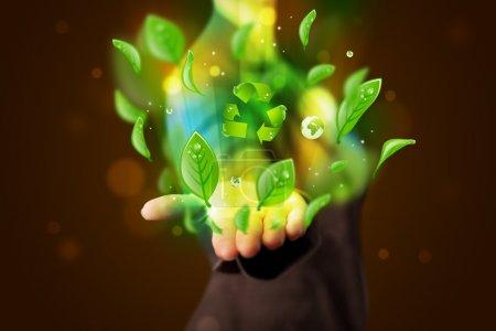 Photo pour Belle jeune femme présente eco feuille verte recyclage énergie concept - image libre de droit