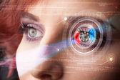 Cyber žena s technologie oko hledá