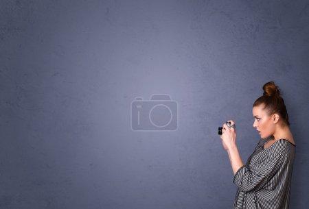 Photo pour Photographe fille tirant des images avec la zone de copyspace - image libre de droit