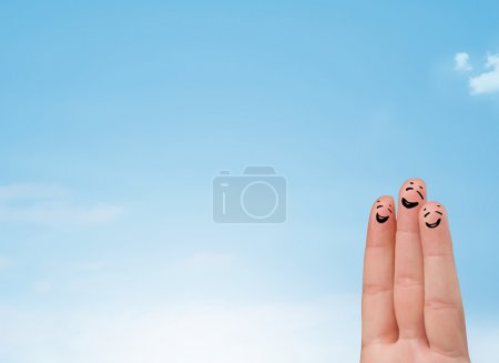 Foto de Feliz alegre sonriente dedos mirando claro azul cielo copyspace - Imagen libre de derechos
