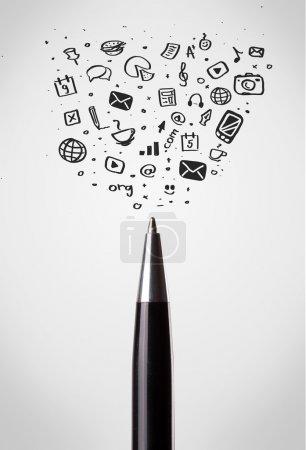 Photo pour Stylo gros plan avec des icônes de médias sociaux esquissées - image libre de droit