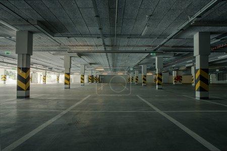 Photo pour Parking souterrain vide comme arrière-plan avec espace de copie - image libre de droit