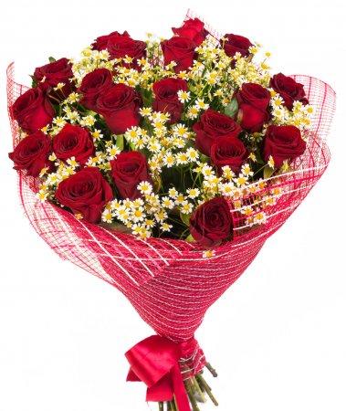 Photo pour Bouquet de roses rouges et marguerites isolées sur fond blanc - image libre de droit