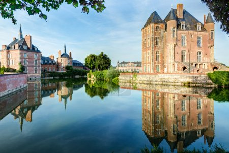 Photo pour Château pittoresque sur le lac dans la vallée de la Loire en France - image libre de droit