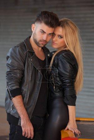 Photo pour Couple de mode en cuir noir - image libre de droit
