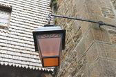 Lucerna na fasádě starých francouzský dům