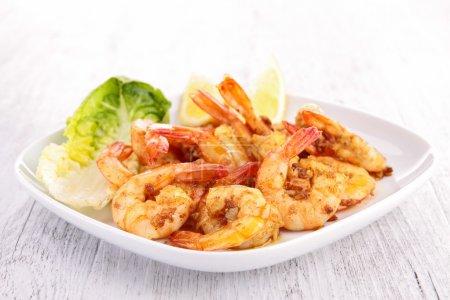 Photo pour Assiette de crevettes cuites - image libre de droit