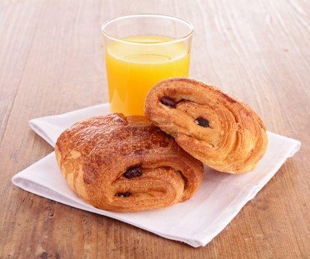 Photo pour Jus de croissants et d'orange - image libre de droit