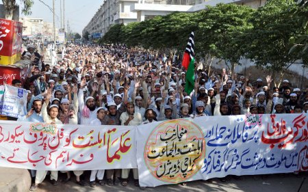 Activists of Ahle Sunnat Wal Jamat (Defunct Sipah-e- Sahaba) chant slogans against assassination attack on their leader, Aurangzeb Farooqi