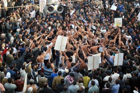 Photo pour Chiites musulmans protestent contre l'assassinat de leur chef, allama nasir abbas, qui a assassiné à lahore dimanche, lors d'une manifestation tenue à allama iqbal chowk de sialkot sur vendredi 20 décembre 2013. - image libre de droit
