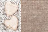 fond de toile de jute avec dentelle chiffon et coeurs en bois
