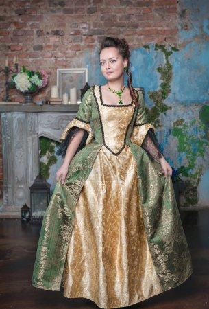 Photo pour Belle jeune femme en robe médiévale longue dans la chambre - image libre de droit