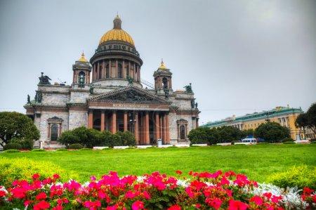 Photo pour Cathédrale Saint-Isaac (Isaakievskiy Sobor) à Saint-Pétersbourg, Russie le matin - image libre de droit