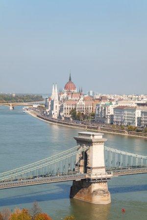 Photo pour Pont suspendu Szechenyi à Budapest, Hongrie par une journée ensoleillée avec le bâtiment du Parlement derrière - image libre de droit