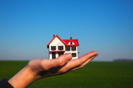 main tenant le modèle de bâtiment résidentiel