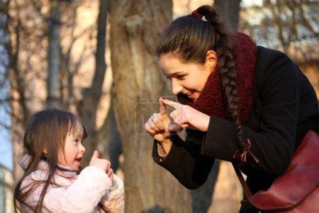 Photo pour Moments de joie en famille - la mère et l'enfant ont un amusement. - image libre de droit