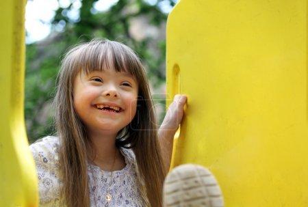 Photo pour Portrait de la belle jeune fille sur le terrain de jeu. - image libre de droit