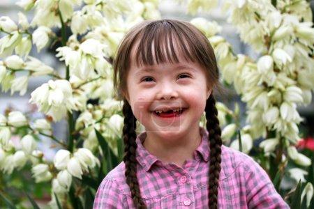 Photo pour Portrait de jeune fille heureuse sur fond de fleurs - image libre de droit