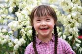 Porträt von jungen glücklichen Mädchen auf Blumen Hintergrund