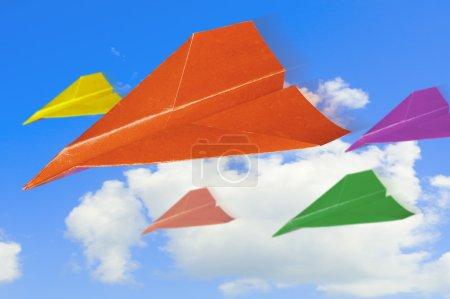 Photo pour Avions en papier coloré contre le ciel avec des nuages . - image libre de droit