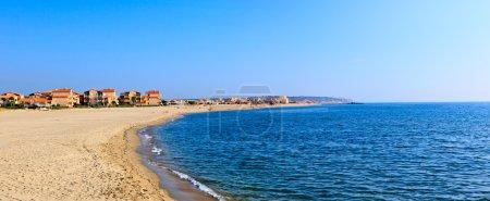 Photo pour Méditerranée côte de mer estivale. Nice sud-est de la France . - image libre de droit