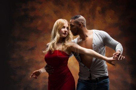 Photo pour Salsa des Caraïbes de danses jeune couple - image libre de droit