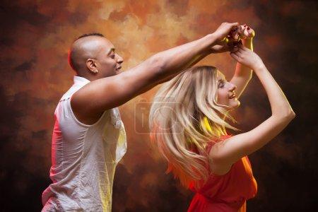 Photo pour Jeune couple danse la salsa des Caraïbes - image libre de droit