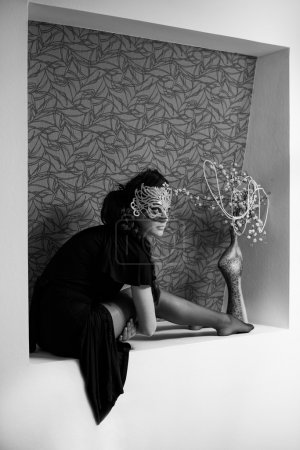 Photo pour Femme élégante en vêtements fétichistes au trou de mur - image libre de droit