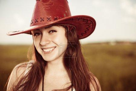 Brunet souriant au chapeau