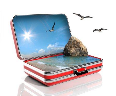 Photo pour Concept vacances d'été. Valise de voyage avec paysage marin à l'intérieur - image libre de droit