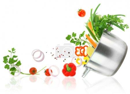 Photo pour Légumes frais sortant d'une casserole de casserole en acier inoxydable - image libre de droit
