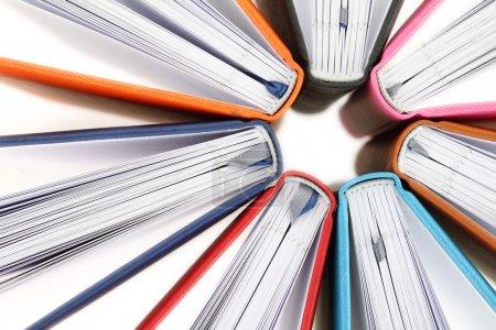 Photo pour Vue du dessus des livres colorés en cercle sur fond blanc - image libre de droit