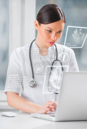 Photo pour Jolie médecin de médecine féminine travaillant avec une interface informatique moderne - image libre de droit