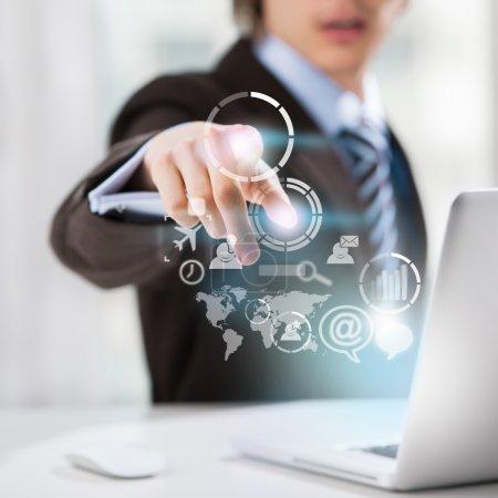 Photo pour Concept technologique. homme d'affaires et une interface virtuelle avec le web et les icônes de médias sociaux - image libre de droit