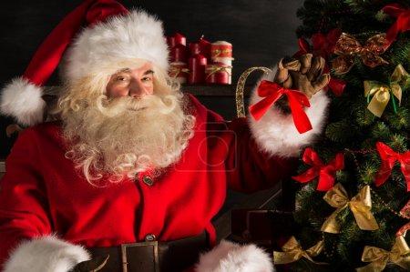 Photo pour Père Noël décoration arbre de Noël dans la chambre noire - image libre de droit