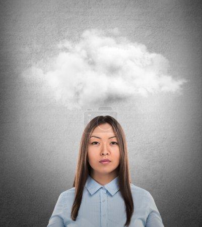 Photo pour Gros plan d'une jeune femme asiatique avec bulle de pensée au-dessus de sa tête avec espace copie - image libre de droit