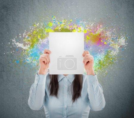 Photo pour Concept de l'idée créative d'une femme d'affaires. projections colorées en streaming hors de lui. pas la tête. fond - image libre de droit