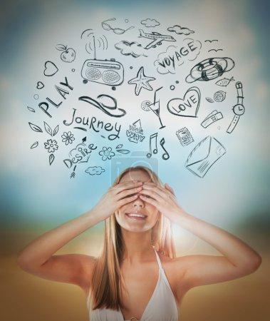 Photo pour Jeune femme détendue pensant à ses plans gros plan portrait et esquisses au-dessus - image libre de droit