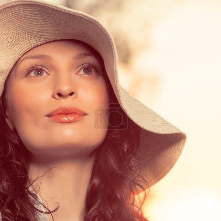 Photo pour Jeune et belle femme portant un chapeau à la lumière du coucher du soleil. Photo filtre rétro - image libre de droit