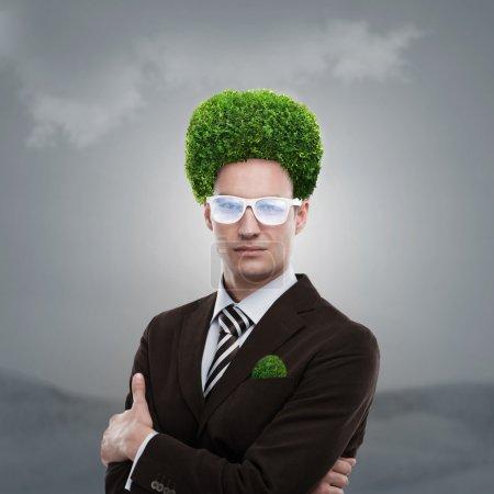 Photo pour Homme de verdure sur la tête. épris de nature et de prendre soin du concept de l'écologie - image libre de droit