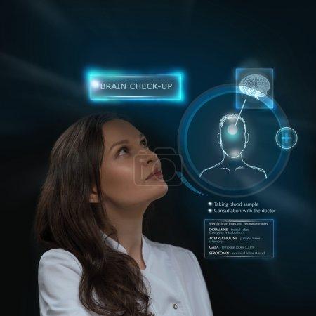 Photo pour Médecin femme faisant un bilan du cerveau humain à l'aide de la technologie informatique futuriste - image libre de droit