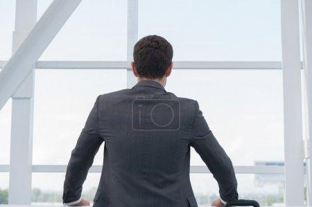 Photo pour Homme d'affaires prospère à l'aéroport avec valise - image libre de droit