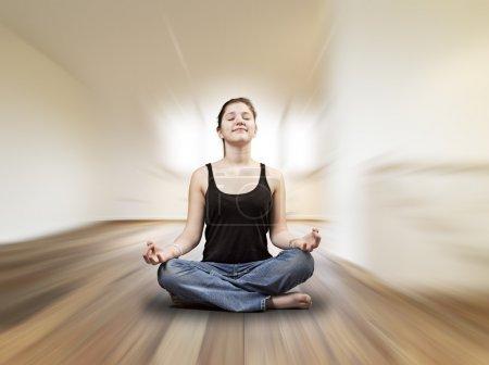 Photo pour Jeune fille fait des exercices d'yoga dans une chambre loft - image libre de droit