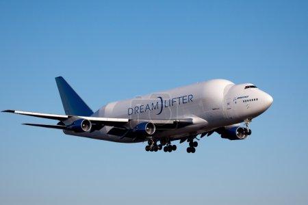 Photo pour Everett, washington, é.-u. - 9 décembre 2011 : un dreamlifter boeing en approche finale dans le champ de paine, everett. le dreamlifter est également connu comme le 747-lcf (Cargo fret grand) et est utilisé pour transporter des sections pour le 787 et autre société surdimensionnée - image libre de droit